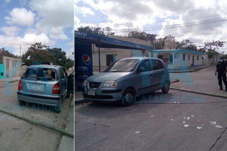 Se rompe un poste en mal estado y cae sobre un auto estacionado