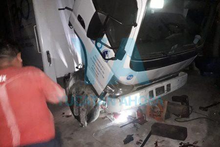 Camión cae encima de un mecánico al romperse el gato hidráulico