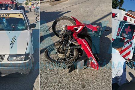 Motociclista se vuela un alto y lo choca un taxi