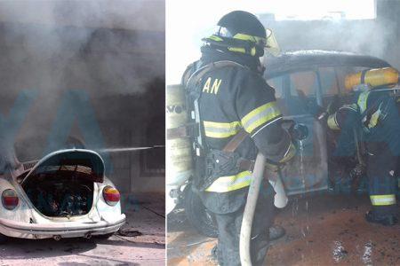 Por un descuido, se incendia su Volkswagen al intentar pasarle corriente