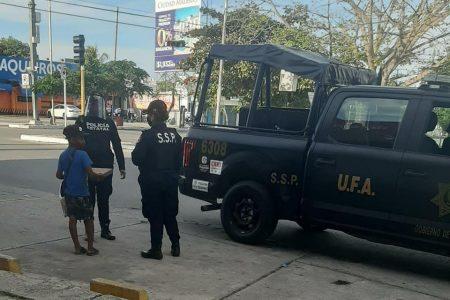 Mujeres policías hacen 'cooperacha' para comprarle pizza a un niño vendedor