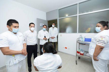 Mauricio Vila supervisa la aplicación de vacuna Covid en el Hospital de Tekax