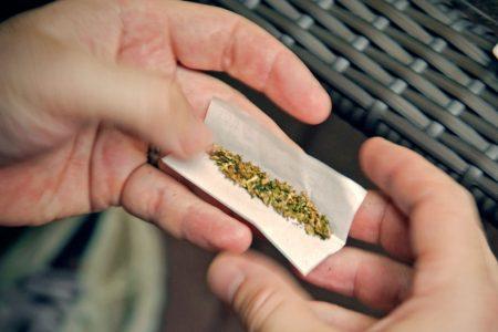 Detienen a joven con marihuana afuera de un centro comercial