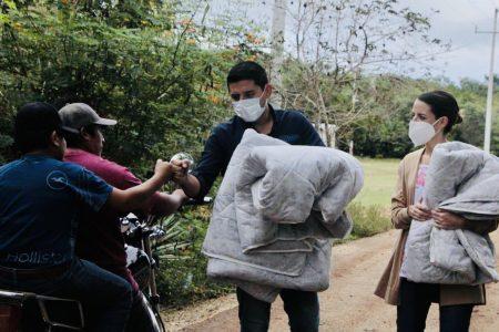 El alcalde de Tekax, Diego Ávila, protege del frío a familias del Cono Sur