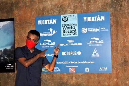 Placa de reconocimiento al buzo Alejandro Lemus por sus récords mundiales