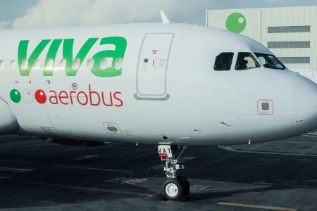 Trasladan a un hospital a pasajero que llegó en vuelo procedente de CDMX