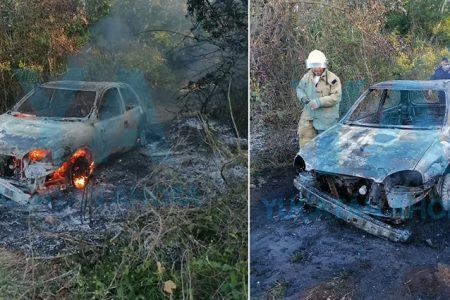 Extraño incendio de un auto dentro el monte: lo abandona una pareja