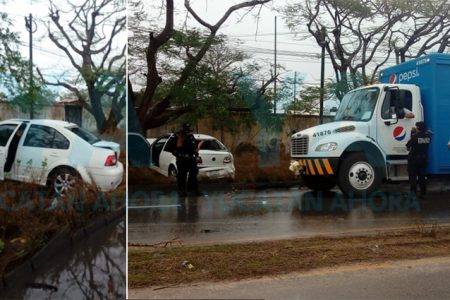 Chocan tres autos y un camión por el piso mojado
