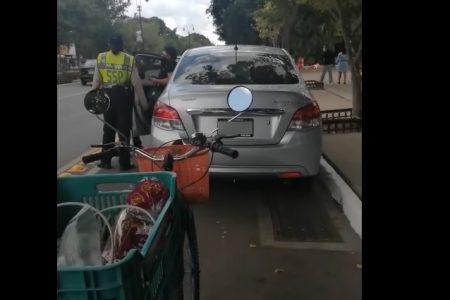 Surge #LadyCiclovía, conductora bloquea carril para ciclistas y se niega a mover su auto