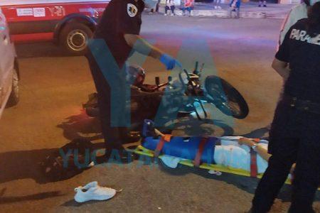 Conductor se vuela un alto y atropella a joven motociclista