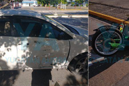 Motociclista no respeta un semáforo y choca contra un auto en Prolongación Montejo