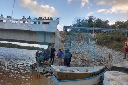 Juntos… hasta en una caída en el puente de Celestún