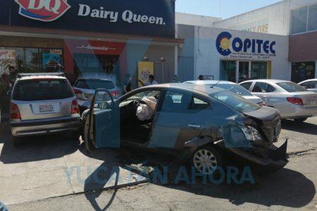 Choque en la 60 Norte: auto se mete a Dairy Queen frente al Tecnológico de Mérida