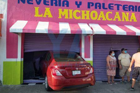 Lo choca un autobús y se proyecta contra una paletería La Michoacana
