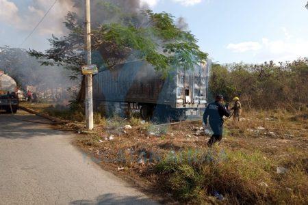 Se incendia un tráiler abandonado en la Central de Abastos de Mérida