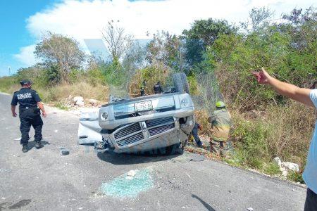 Le estalla una llanta y vuelca en la carretera Mérida-Progreso