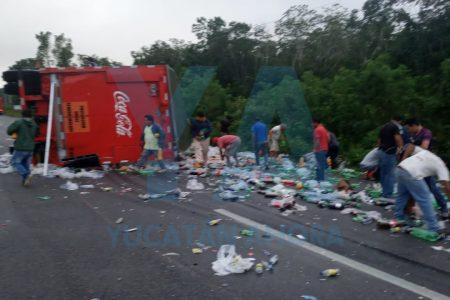 Accidente y festín en la vía Mérida-Cancún: vuelca un remolque de refrescos