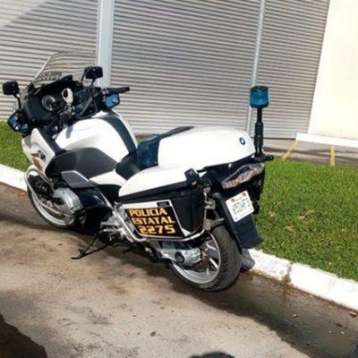 Policía se hace viral por hacerla de mecánico y salvar a motociclista