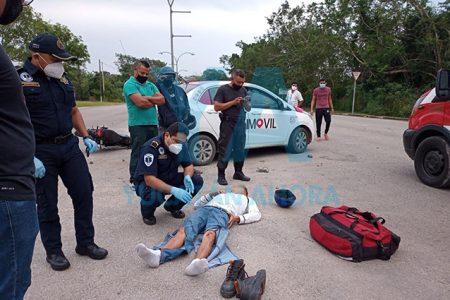 Taxi atropella y manda al hospital a motociclista en Tizimín