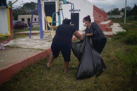 Vecinos de Tizimín limpian campo deportivo desatendido por el alcalde