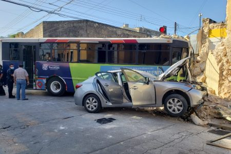 Chocan camión y auto en el centro de Mérida, y ambos hacen chuza contra un predio