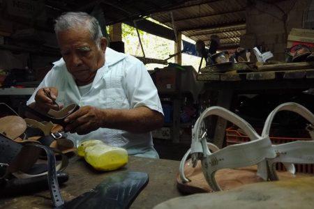 El único 'maestro de las alpargatas' en Maxcanú no quiere que se extinga su oficio