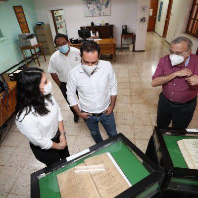 Mauricio Vila visita el acervo que resguarda la historia documental de Yucatán
