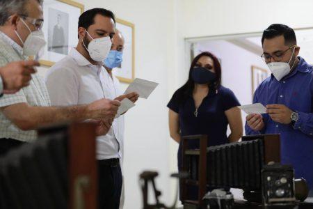 """Mauricio Vila Dosal recorre la Fototeca """"Pedro Guerra"""" de la Uady"""