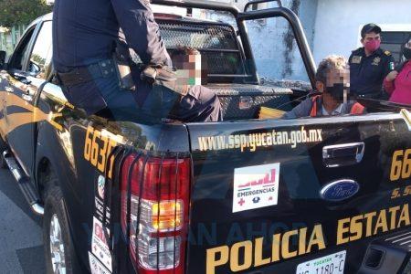 Detienen a par de sujetos por robarle un celular a una joven en un autobús