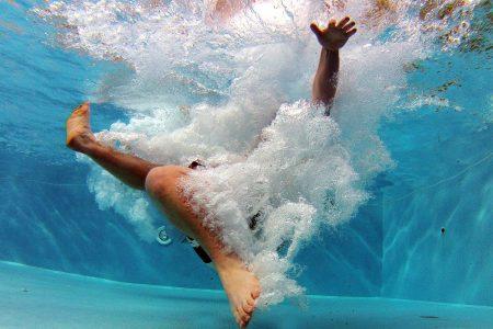 Susto en convivio familiar: niño cae a una piscina