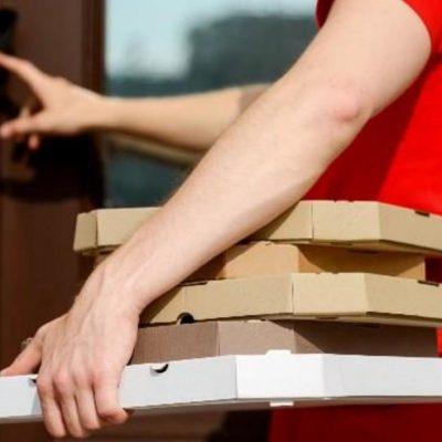 Pese a restricción, repartidores de pizza son obligados a trabajar muy tarde