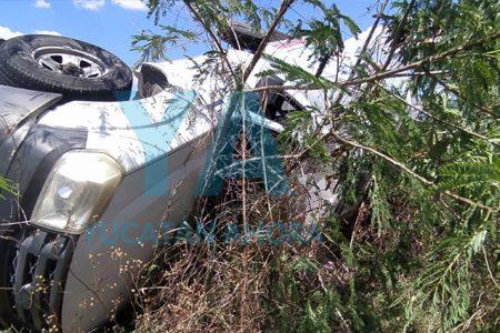 Dormita y vuelca con una camioneta de Santos Lugo en la Umán-Kinchil