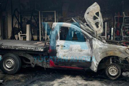 Pierde su camioneta al incendiarse por un transformador de la CFE que hizo cortocircuito