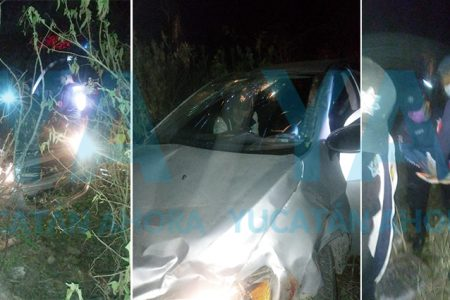 Jóvenes sufren aparatoso accidente en auto: un hospitalizado