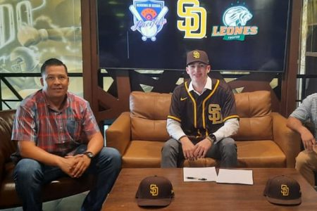 Prospecto de los Leones de Yucatán firma con los Padres de San Diego