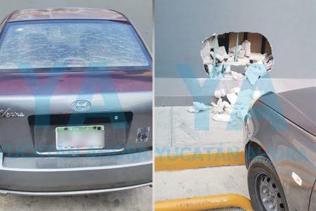 Abuelito pierde el control de su auto y se impacta contra un Oxxo