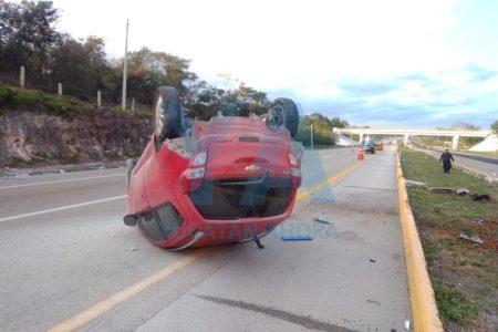 Vuelcan y dejan abandonado su auto en la carretera Mérida-Campeche