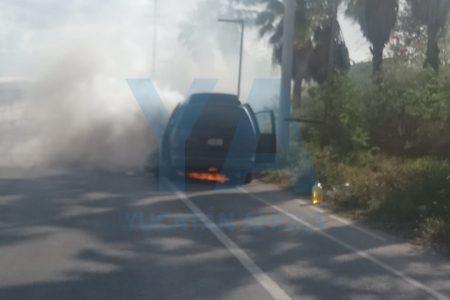 Abandonan camioneta incendiada en la carretera Mérida-Motul