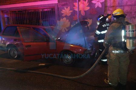 Madrugador incendio de un automóvil en el centro de Mérida