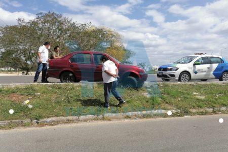 Quiso esquivar autos que chocaron en el Periférico y se salió del camino