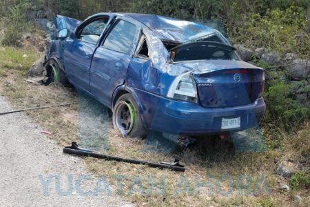 Volcó y abandonó su auto en angosta carretera