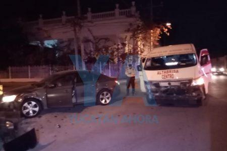 Joven conductora se 'vuela' un alto e impacta un taxi colectivo, en Itzimná