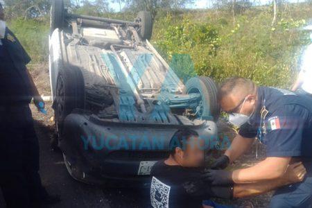 Dormita conductor de Isla Mujeres y sufre aparatosa volcadura en la Tizimín-Calotmul