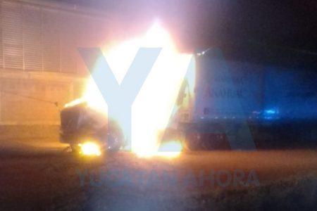 Tórrido despertar de un trailero: se incendia su harinero tractocamión
