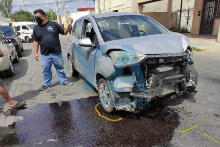 Se quema auto en la colonia Xelpac Kanasín