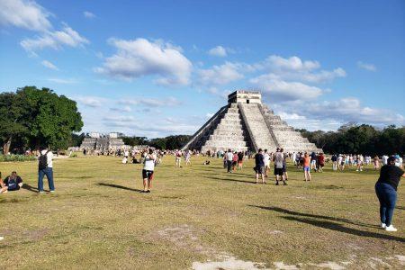 Cientos de personas visitan Chichén Itzá previo al cierre por el equinoccio