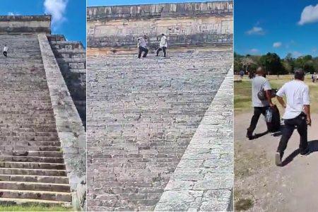 Ya son tres turistas que suben al Castillo de Kukulcán en Chichén Itzá