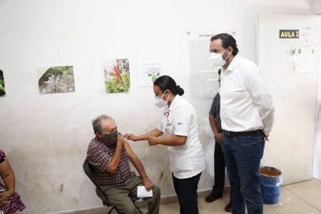 Pobladores de 60 años y más de Hunucmá, Akil y Río Lagartos reciben vacuna contra Covid-19