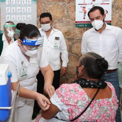 El gobernador Mauricio Vila supervisa en Izamal la vacunación a los adultos mayores
