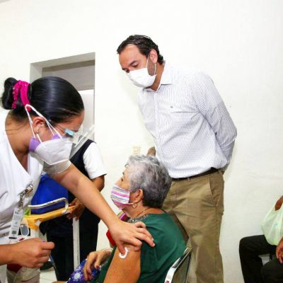 Abuelitos de Ticul, Kanasín y Espita comienzan a recibir vacuna contra Covid-19